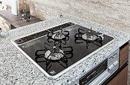 キッチンコンロには、見た目が美しいだけでなく、掃除も容易なハイパーガラスコートトップのパロマ製ガスコンロを採用しています。
