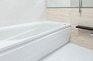ゆったりとしたスペースを確保すると共に、ユニットバスはまたぎの高さを抑えた約42cmの低床タイプのものを採用。安全でスムーズな入浴を実現します。