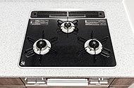 キッチンには、見た目が美しいだけでなく、掃除も容易なハイパーガラスコートトップのガスコンロを採用しています。