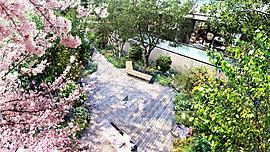 住まう方のプライベートな庭園として、ゆっくりと憩いのひとときを楽しめる「ポケットパーク」を敷地内にご用意しました。日常にさりげないリラクゼーションをもたらします。