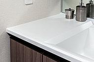 デザイン性に優れ、お手入れのしやすい人造大理石(クリスタルホワイト)を採用しました。