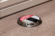 開いたドアを押すだけでロックができ、もう一度押すと解除できるドアキャッチャーを採用。腰をかがめずに操作できます。