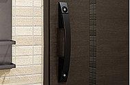 玄関ドアの2ヵ所に鍵穴を設けたダブルロックで防犯効果を高めています。