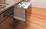 手洗いに比べ節水でき、高温洗浄で油汚れもスッキリ。食器カゴを搭載してセット前の種類分けもラクに。家事負担を軽減します。