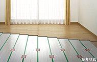 床暖房は、温風暖房とは異なり、床面付近は30℃前後で、天井まで均一した室温を保ち、頭寒足熱の理想的な温かさを実現します。また、運転音がほとんどなく、ホコリを巻き上げる風も起きません。