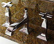 洗面化粧台には、伊ズケッティ社製の2ハンドル湯水混合水栓を採用。クローム仕上げを施した、機能美あふれるデザインです。