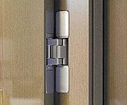 ドア枠と扉の側面に設置する、隠し丁番を採用。ドアの表裏に丁番が表出しないため、インテリアの意匠に損なうことなく、美しい空間を演出します。
