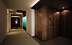エレベーターを降りて目にするのは、この地の自然を取り込むアートウォール。ホテルのような内廊下は、間接照明の演出が施された落ち着いた空間に。プライバシーに配慮し、細部にまで美しく薫る迎賓の設えを求めた。