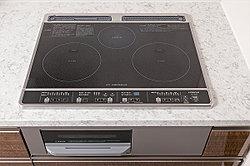 火を使わないので安全。五徳がないので掃除しやすく、加熱していないときは調理台としても使えて便利です。