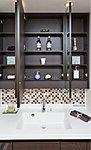 ワイドな三面鏡の裏側に収納スペースを装備。ヘアケア用品など収納にも便利です。※モザイクタイルはオプション(有償)となります。