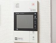 料理中などでも通話ボタンを押すだけで対応できるハンズフリータイプ。不在時の来訪者も映像で確認できる録画機能付きです。