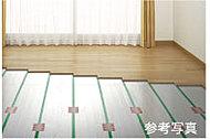 足元から温める床暖房システムをリビング・ダイニングに設置。ホコリやチリが舞いにくく、健康的な室内環境を保ちます。