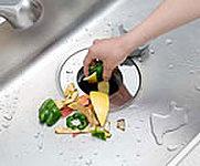 生ゴミをシンクの排水口に入れて、スイッチ一つでスピーディに処理。ゴミ出しの手間も軽減されます。※処理できるゴミには制限があります。※参考写真