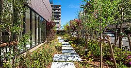 室内のラウンジから眺める自然の景色や、ガーデンに広がるカラーリーフ植物など、四季を感じる豊かな潤いを演出し。開放的で心ときめく暮らしを創り出します。