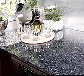 耐久性に優れた天然石仕様のカウンタートップ。リビングと一体感のあるインテリアとして洗練されたキッチン空間を演出します。