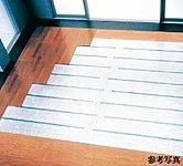 足下から室内全体を暖めるTES式温水床暖房。ハウスダストの巻き上げや火傷などの心配がなく、清潔で快適な室内環境を実現します。