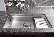 シンクは裏側に振動を軽減する素材を装着。水はねの音を小さくする静音タイプです。