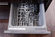 システムキッチン内蔵タイプの食器洗浄乾燥機。温水による優れた洗浄力で洗い上げ、温風で乾燥させるため衛生的です。