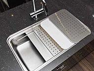 洗う・調理する・片付けるが効率的に行え、水はねの音を抑える静音設計です。
