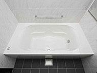 バスルームをスマートに演出するスタイリッシュなフォルム。ゆったりと入浴できる形状です。