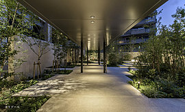 柔らかな光で満たされる、2層吹き抜けの開放的なホール。
