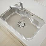 裏面に制振材を用いて水はね音を低減。大きな鍋やフライパンも洗いやすい、幅・奥行ともにゆとりのあるシンクです。