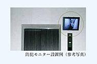 1階エントランスのエレベーター乗り場には、カゴ内の様子が分かるモニターを設置しています。