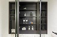 三面鏡の鏡裏にコスメ用品などを収納できるスペースを確保。洗面化粧台を、すっきりとした印象に保てます。