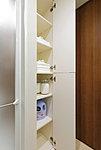 タオル類をすっきりしまえるリネン庫を設置。入浴後など、必要な時すぐに取り出せます。