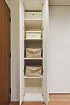 掃除道具をはじめ、さまざまな生活用品をしまえる家族共用の収納スペースです。