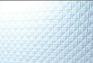 デザイン性の高いクリアミラー貼りのタイルを壁面の一部に採用しました。