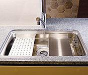 シンクにフタをすれば調理の作業台として使えて便利です。※47、48階は天板の仕様が異なります。
