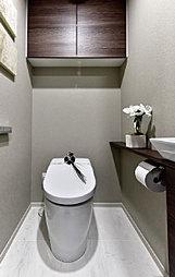 タンクがないすっきりとしたトイレを採用(一部プラン)。吊戸棚を全戸標準採用しています。※F・H・I・J・Kタイプ