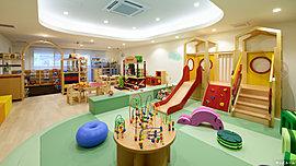 乳児、幼児、小学校低学年用と、それぞれのスペースをつくり、遊びやすさに配慮。ボーネルンドによる知育玩具や紀伊國屋書店監修の絵本なども設置。