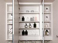 洗面室をより広く演出するミラー裏には、化粧品やヘアケア用品等をしまえる収納を用意。