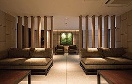ウッド調のマテリアルを壁に配した温もりあるラウンジ。エントランスホールの隣には、心地よい時を過ごせるホテルライクなラウンジ。待ち合わせやご友人との談笑にお使いいただける贅沢な空間です。