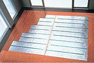 足元から穏やかに部屋全体を暖めるTES式温水床暖房を採用。給湯システムを利用する床暖房は、ハウスダストの巻き上げや火傷などの心配がなく、清潔で快適な室内環境を実現します。(参考写真)