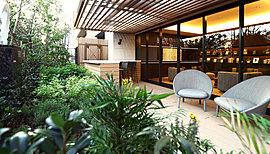 庭を眺めながらおひとり様の時間を愉しめるガーデンラウンジ