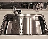 水はねや食器の音を軽減した静音タイプのシンクを採用。調理プレートや水切りプレートを置くことで多彩な作業スペースとして利用できます。※参考写真