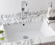洗面化粧台には陶器ボウルを設置。あたたか味のある風合いが心和む空間を演出します。※天板の色は実際と異なります。※参考写真