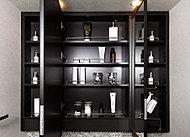 洗面室をより広く、美しく演出する大型ミラーを採用。木目調の上下框付なので、ミラー扉を開け閉めする際にミラーに直接触れることがありません。また、鏡面裏には、化粧品・小物などがたっぷり収納できます。