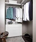 洋服を機能的に収納できるハンガーパイプのほか、帽子やバッグを置ける枕棚も設置。ゆとりある収納空間です。※Dメニュー1・Dメニュー2・F・Fメニュー1タイプ除く