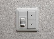 玄関には、人の気配をセンサーが感知し、自動点灯・消灯する人感センサー付照明を設置しています。