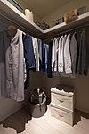 洋服をたくさん掛けられるパイプと棚を設置しています。