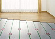 給湯システムを利用し、足元から穏やかに暖める床暖房をリビング・ダイニングに採用しました。※リビングダイニング:主寝室 ※参考写真