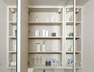 洗面化粧台の鏡裏には、化粧品やヘアケア用品など、こまごました物をすっきりと整理できるスペースを確保しました。