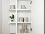 トイレットペーパーやサニタリー用品をすっきりと収納できる吊り戸棚を設置しています。