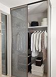 奥行きがあるので、衣類のほか、スーツケースなども収納でき、取り出しもしやすいウォークインクローゼットを設置。
