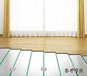 リビング・ダイニングには、ホコリを巻き上げる気流の発生を抑え、足元から室内全体を温めるTES温水式床暖房を設置しました。