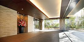 大きなガラス面がホールに明るさや開放感を演出。街の賑わいから落ち着きある住まいへと気持ちの切り替わるエントランスホールは、優雅な間接照明とともに、大きなガラス越しに緑豊かな風景が広がります。※1